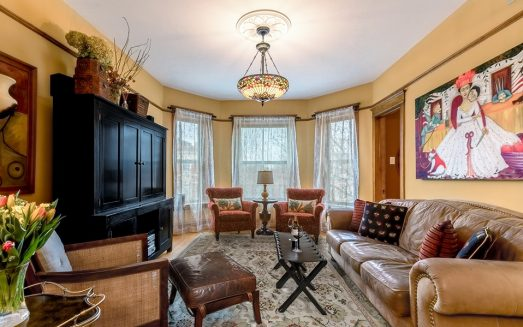 Chicago Guest House Vacation Rental in Wrigleyville Call Teri (312) 952-5150-min