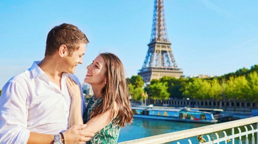 paris-eiffel-tower-couple